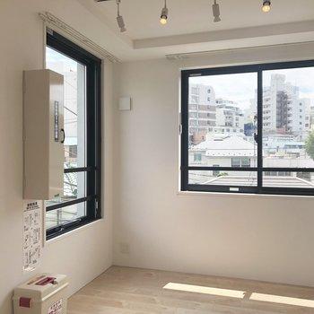 【洋室】二面採光で窓がおおきめ。朝は気持ちよく起きられそう。
