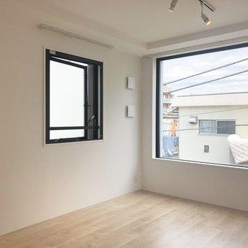 【LDK】こちらも窓がおおきめで、よく光がはいってきます。