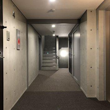お部屋前の廊下、コンクリートが押し出されたかっこいい雰囲気