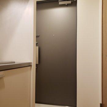 玄関はフラットです※写真は8階の同間取り別部屋のものです