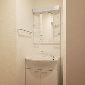 ピカピカの洗面台※写真は8階の同間取り別部屋のものです