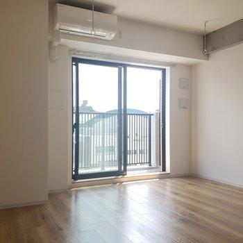 室内干し用の竿もついています※写真は8階の同間取り別部屋のものです