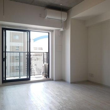 室内干し用の竿もついています※写真は5階の同間取り別部屋のものです