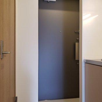 玄関はフラットです※写真は5階の同間取り別部屋のものです