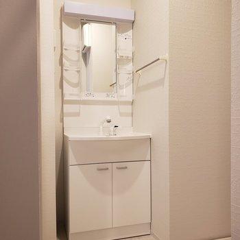 ピカピカの洗面台※写真は5階の同間取り別部屋のものです