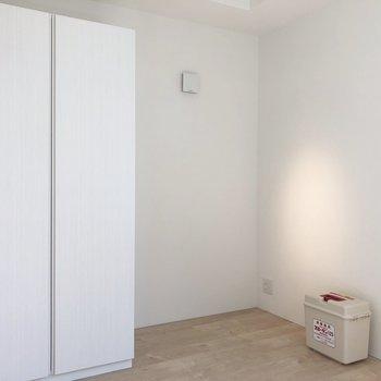 【洋室】寝室に収納。※写真は4階の同間取り別部屋のものです