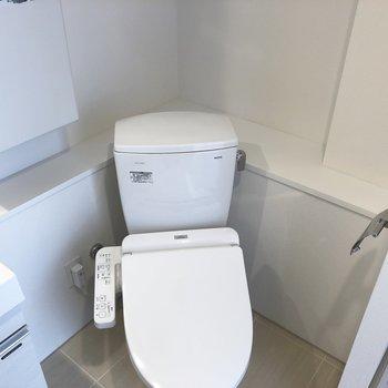 トイレの後ろに、消臭材とか、ペーパーとかを置けるスペースありました。※写真は4階の同間取り別部屋のものです
