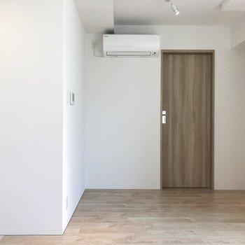 【DK】左の扉は水回りで、右の扉から寝室です。収納を追加するなら、エアコンの下あたりかな?※写真は4階の同間取り別部屋のものです