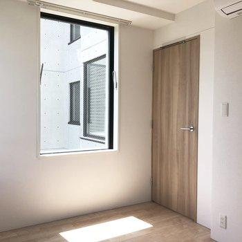 【洋室】寝室にも大きめな窓がありますね※写真は4階の同間取り別部屋のものです