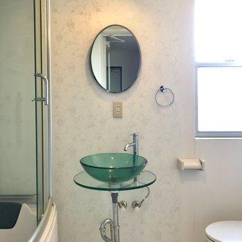 グリーンの洗面台が雰囲気出してます。(※写真は4階の同間取り別部屋のものです)