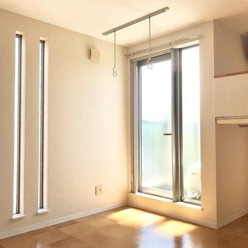 縦3本の小窓がお洒落。(※写真は4階の同間取り別部屋のものです)