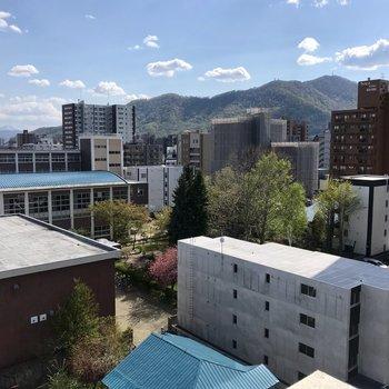 お!藻岩山が見える!下には桜の木がちらっと。春だねぇ※写真は前回募集時のものです