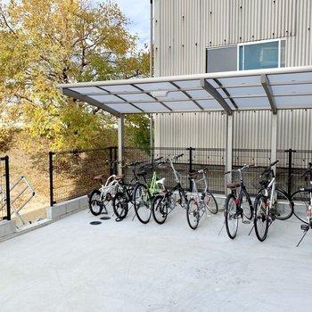 駐輪場は建物奥に。屋根付き◎