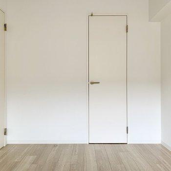 左の扉はLDKへ。正面の扉はクローゼット。