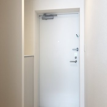 コンパクトな玄関。※写真は4階の同間取り別部屋のものです