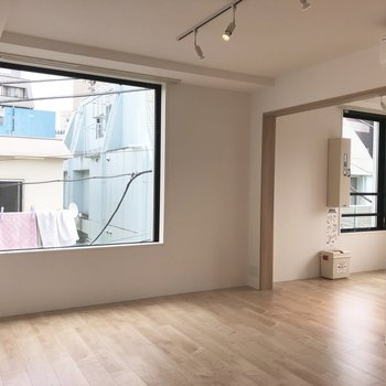 【LDK】寝室との境は扉で仕切れます。※写真は4階の同間取り別部屋のものです