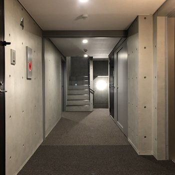 お部屋前の廊下、コンクリートが押し出されたかっこいい雰囲気※写真は4階の同間取り別部屋のものです