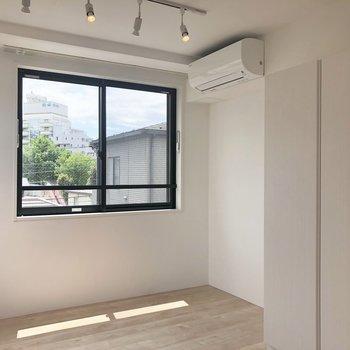 【洋室】照明がかわいいですね※写真は4階の同間取り別部屋のものです