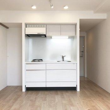 【LDK】キッチンの左側に冷蔵庫が置けます。左側の扉から水回りへ。※写真は4階の同間取り別部屋のものです