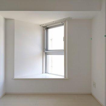 3角の出窓カッコイイ!クッション3つ置いてココで本読みたい(※写真は清掃前のものです)