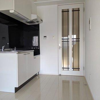 キッチンとドアがホワイト×ブラックでマッチしてる(※写真は清掃前のものです)