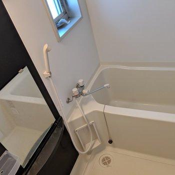 お風呂もスタイリッシュ!窓もついてて換気できます◎(※写真は清掃前のものです)