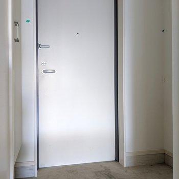 プレーンなドア、カッコイイ。(※写真は清掃前のものです)