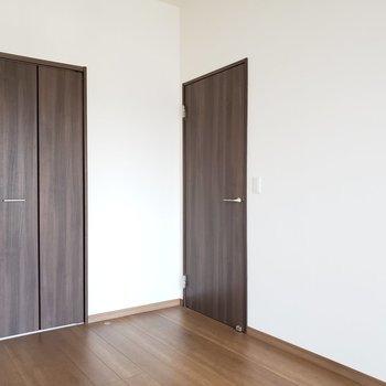 左手の扉は・・・(※写真は2階の反転間取り別部屋のものです)