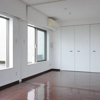 LDKにも洋室側にも、エアコンあります。