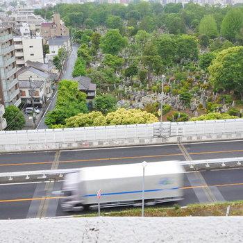 見下ろすと、高速道路と、墓地。