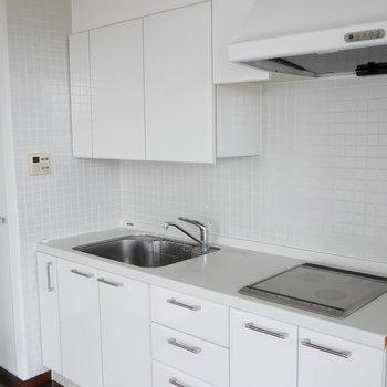 IH2口コンロ。白いキッチンいいなぁ。