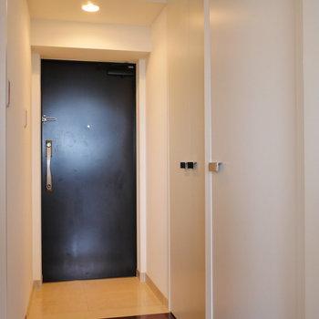 廊下〜玄関部。LDKとはドア1枚挟んで。