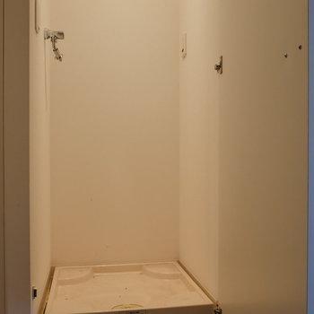 隣に普段は隠せる洗濯機置場。