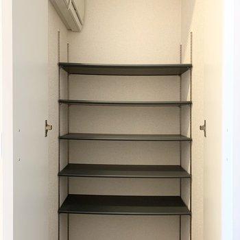 シューズボックスもしっかり容量あります。棚も可動式◎