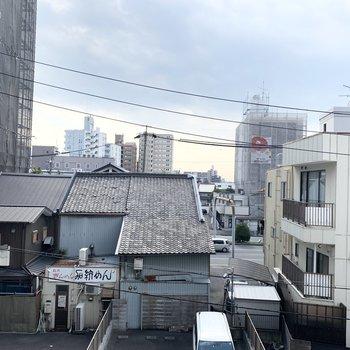 眺望はお向かい様の瓦屋根。空が広くて気持ちいい◎きしめんの看板がいい味出してます。