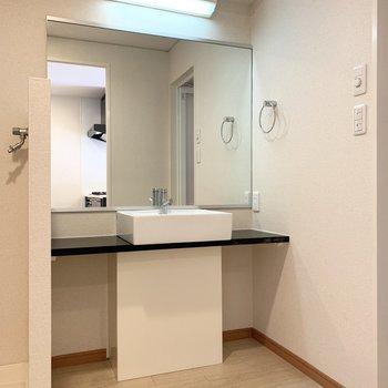 水廻りはキッチンのお隣に。洗面スペースは大きなミラーで2人並んで朝の準備ができますね◎