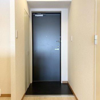 玄関は框がフラットなタイプ。