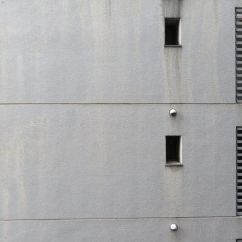 横のビルの側面が