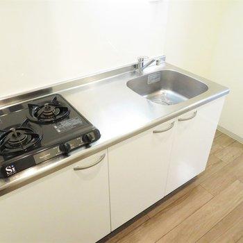 キッチンはシステムキッチン。横には冷蔵庫置き場も