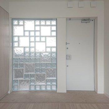 玄関広いので簡単なイスや姿見を置きたい※写真は4階の同間取り別部屋のものです