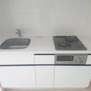 右に冷蔵庫が置けます※写真は4階の同間取り別部屋のものです