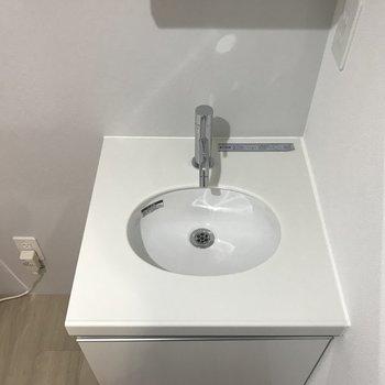 洗面台は少しコンパクト