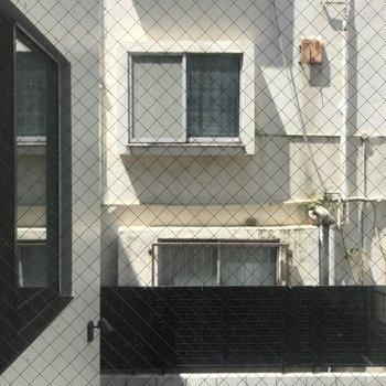 西側は隣のお部屋の窓が見えます