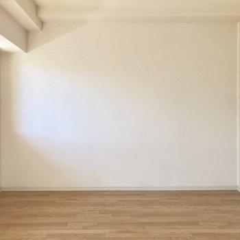 ベッドはここに壁寄せかな。(※写真は清掃前のものです)