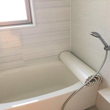 お風呂も大きめ!窓のおかげで明るい。追焚付きが嬉しい♪ (※写真は3階似た反転間取り別部屋のものです)