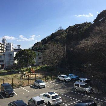 バルコニーからの眺め。真正面は木々ですが、左側は駐車場と公園が見えます。 (※写真は3階別部屋からの眺望です)