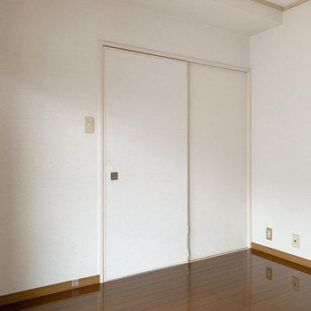 【洋室5.5帖】こちらのお部屋も、引き戸を開けるとキッチンへ。