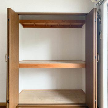 【洋室5.5帖】上にも棚がついてるのが良いね。