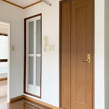 【キッチン】お風呂前にカーテンをつければ、簡易的な脱衣所に。
