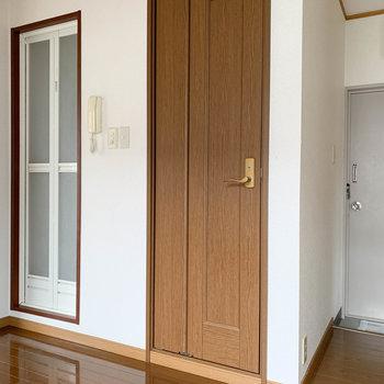 【キッチン】玄関側の壁にお風呂とトイレ。